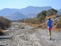 Bieganie po uschniętym korycie rzeki niedaleko Santa Maria Rayon.
