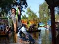 Na kolorowych łodziach Xochimilco można poczuć nie tylko klimat meksykańskiej fety. (3)